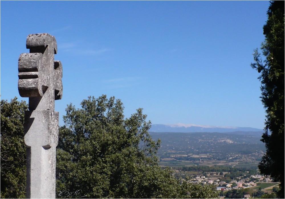 Au loin : Le Mont Ventoux ( Fr-84) ...