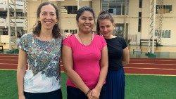 Marianne, Rose Ann et Monika, une partie de l'équipe de Points Cœur sur le toit de l'hôpital Saint-Louis à Bangkok
