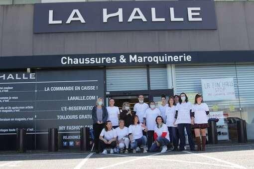 Des salariés de La Halle manifestent devant La Halle aux chaussures de Brest.