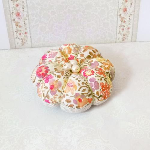 Coussin Fleur Pique épingles ou décoration de table tissu coton Liberty floral rose orangé et lin écru 8cm