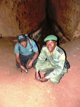 Moi et le conserateur du mont Hoyo Mr Kipiri à l'interieur de la grotte Talatala