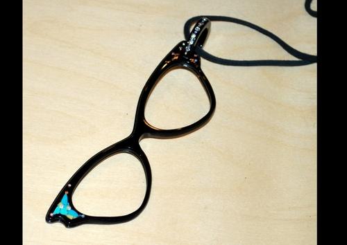 une idée de cadeaux pour la fete des mères: lunette de lecture pendantif