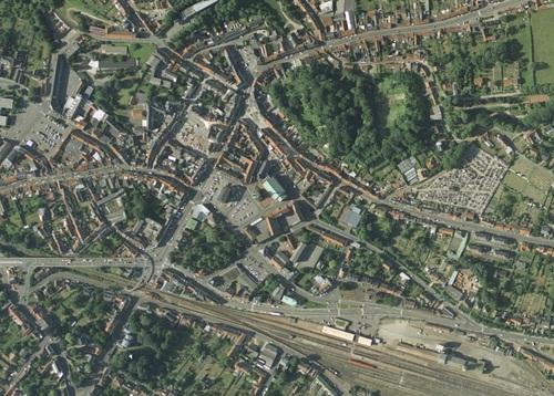 Saint-Pol-sur-Ternoise - Centre-ville en 1994, Église Saint-Pol et l'Hôtel de Ville au centre (remonterletemps.ign.fr)