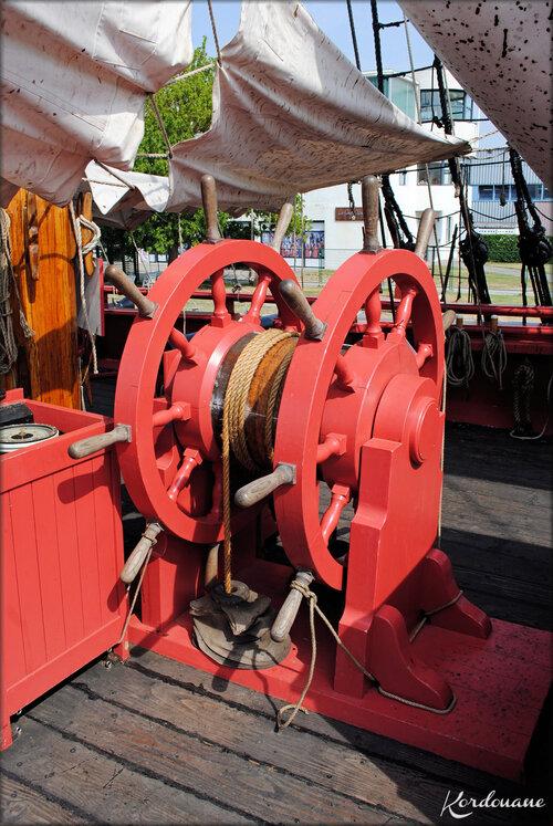 Photo du compas et de la barre à roue de l'Hermione