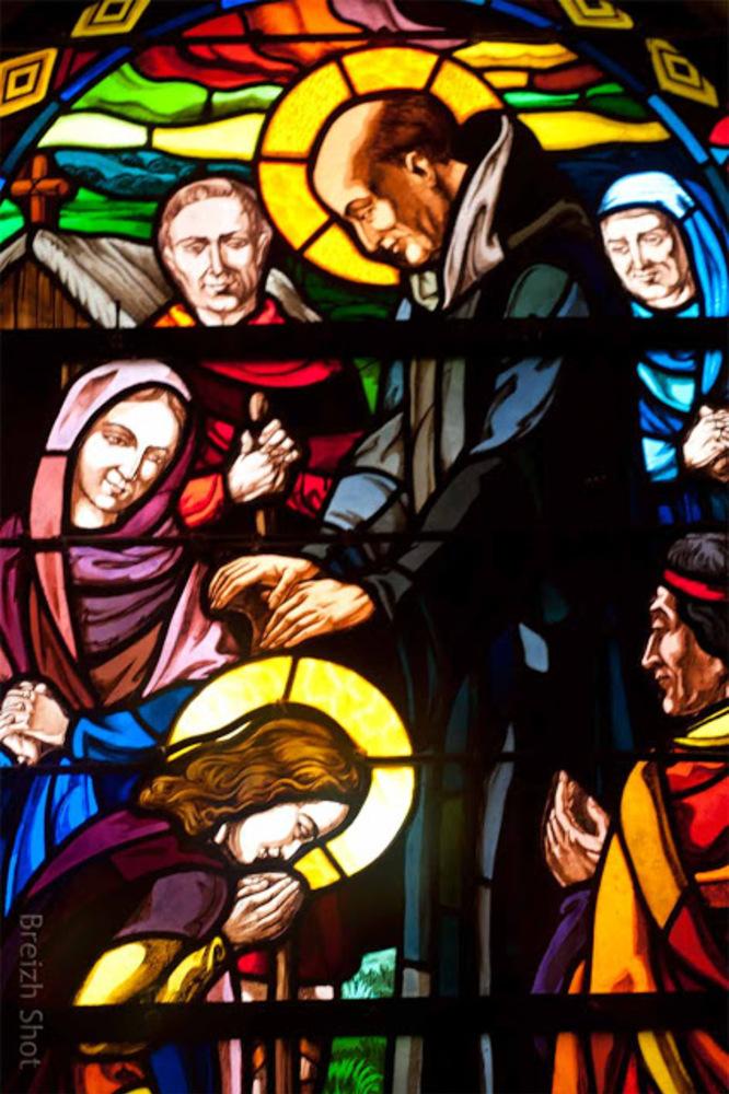 Tréhorenteuc : Détail du vitrail de sainte Onenne