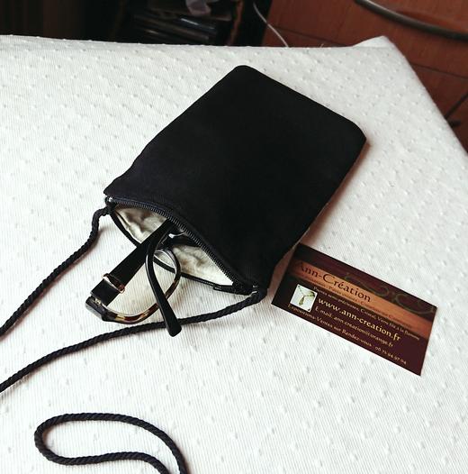 Etui molletonné téléphone, lunettes... 17,5 x 10 cm, zippé avec cordon tour de cou, tissu soie brocart gris/bleu et or - silk pouch