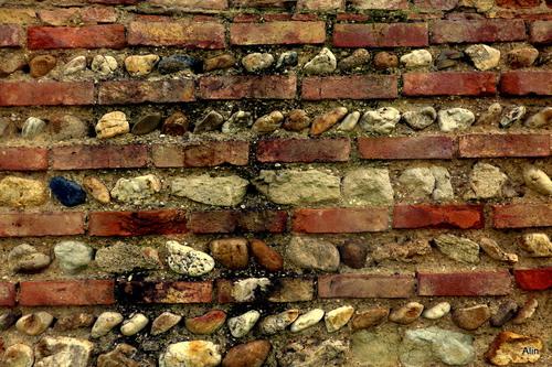 Mur : pierre et brique