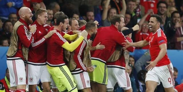 Football - Euro - La joie des Gallois après le but inscrit par Hal Robson-Kanu. (Reuters)