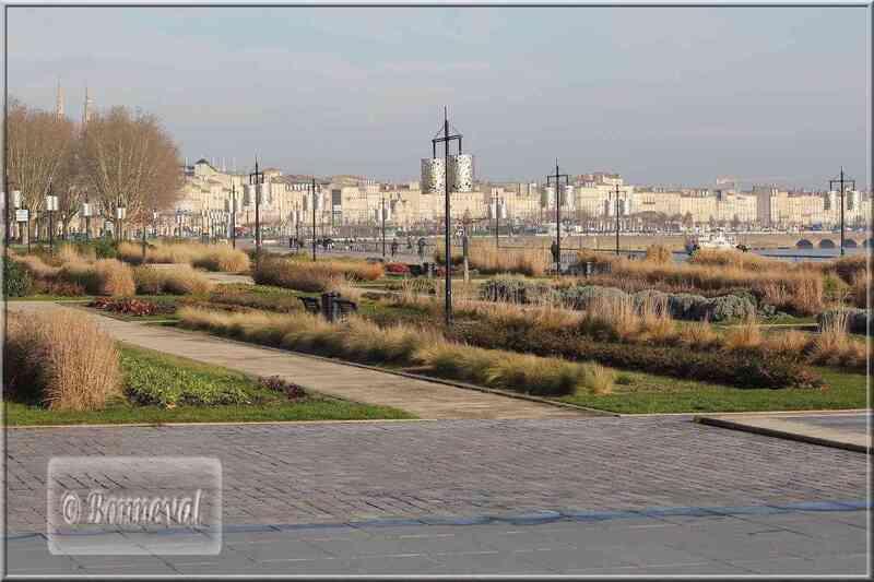 Bordeaux Les quais le Jardin  des Lumières
