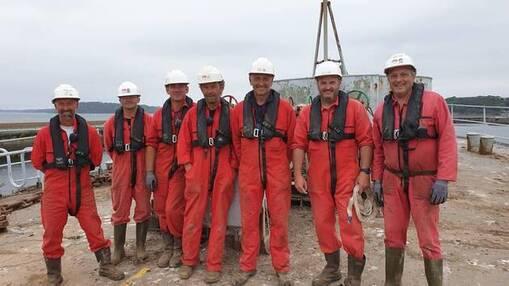 Gilles Tréanton (à gauche), et ses collègues lamaneurs, exercent un métier peu connu, pourtant essentiel au fonctionnement du port.