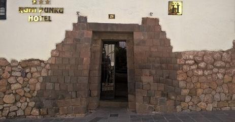 ancienne porte inca devenue une entrée d'hotel