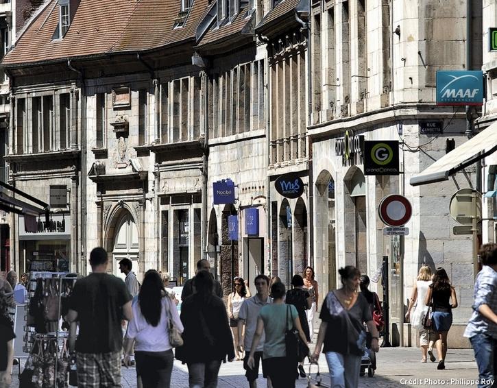La rue piétonnière des Granges à Besançon.