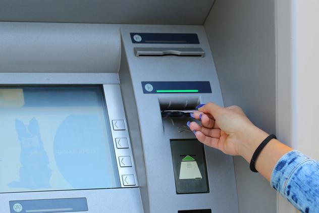 Peut-on récupérer une carte bancaire restée dans le distributeur de billets ?
