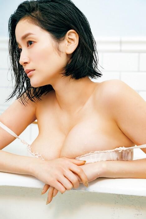 WEB Magazine : ( [FRIDAY Digital - Gravure] - |FRIDAY - 10/04/2020 - Arisa Deguchi : 出口亜梨沙 巨乳過ぎるレポーターは色香の漂う女優へ| )