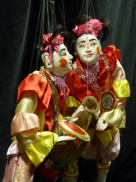 Myanmar-deux-marionnettes-musiciennes.jpg
