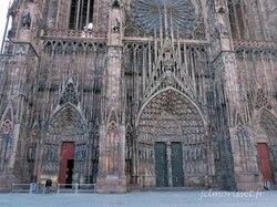 la cathédrale le lundi 8 h 33, les touristes s'éveillent devant leur tasse de cafè
