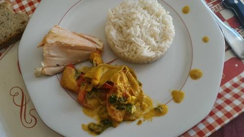 Saumon aux petits légumes craquants et crème coco.