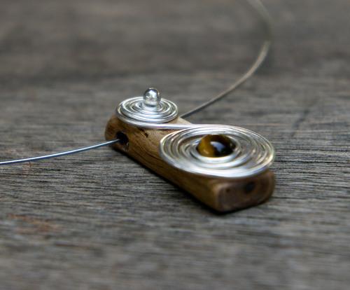tour de cou en amandier et fil de cuivre