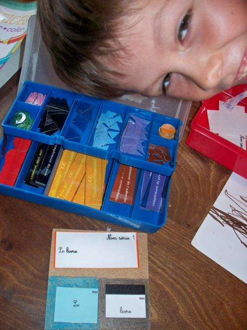 début de l'apprentissage de la grammaire avec du matériel montessori