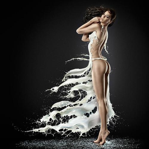 des pin eup avec des éclaboussures de lait