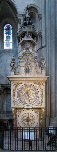 Vue de l'horloge dans son ensemble, avec ses deux cadrans superposés surmontés des mécanismes animés.
