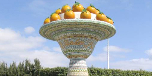 La gigantesque poterie couronnée d'oranges sur le rond point de Nabeul