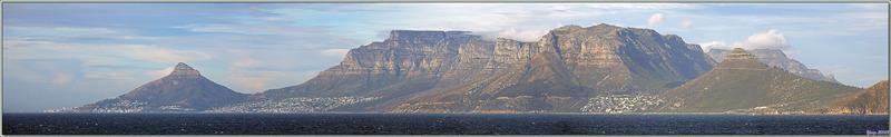 """Panoramas vus de la mer, depuis Le Cap avec le pic rocheux """"Lion's Head"""" jusqu'au Cap de Bonne Espérance - Afrique du Sud"""