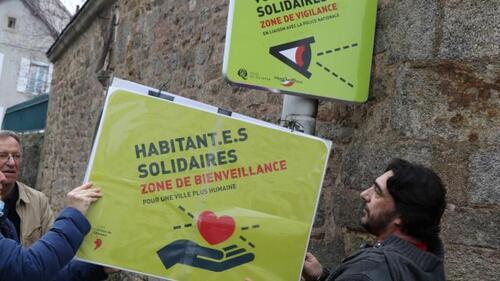La LDH installe le panneau détourné par-dessus le panneau Voisins solidaires, à l'angle des rues du Couédic et rue de Salonique.