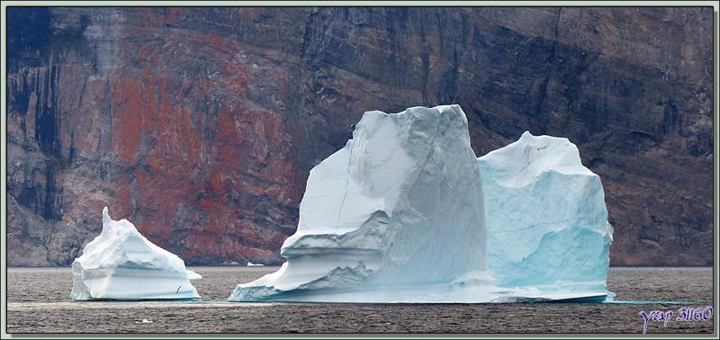 Navigation dans la région d'Uummannaq sous un ciel jaunâtre - Groenland