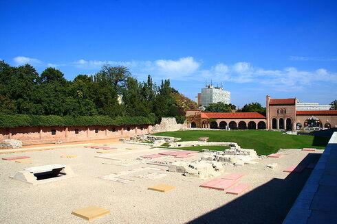 Restes de fondations en pierres blanches dans une cour