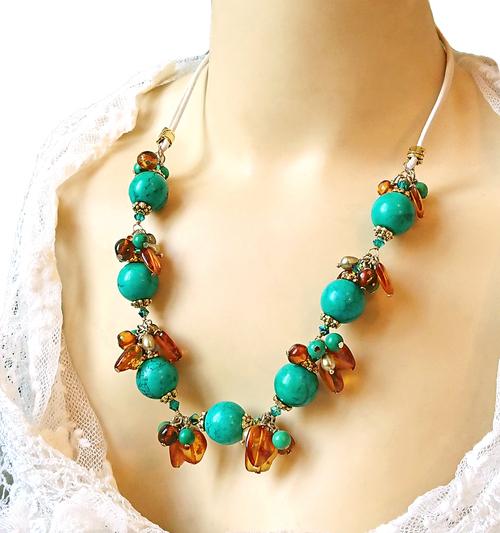 Collier Grappe pierre de turquoise, ambre, nacre, cristal de Swarovski / Cordon cuir et laiton doré