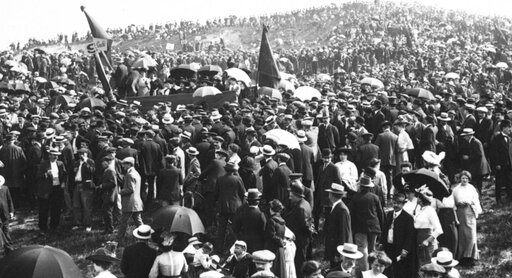 25 mai 1913, manifestation du Pré-Saint-Gervais contre les trois ans, tribune féminine (cliquer pour agrandir)