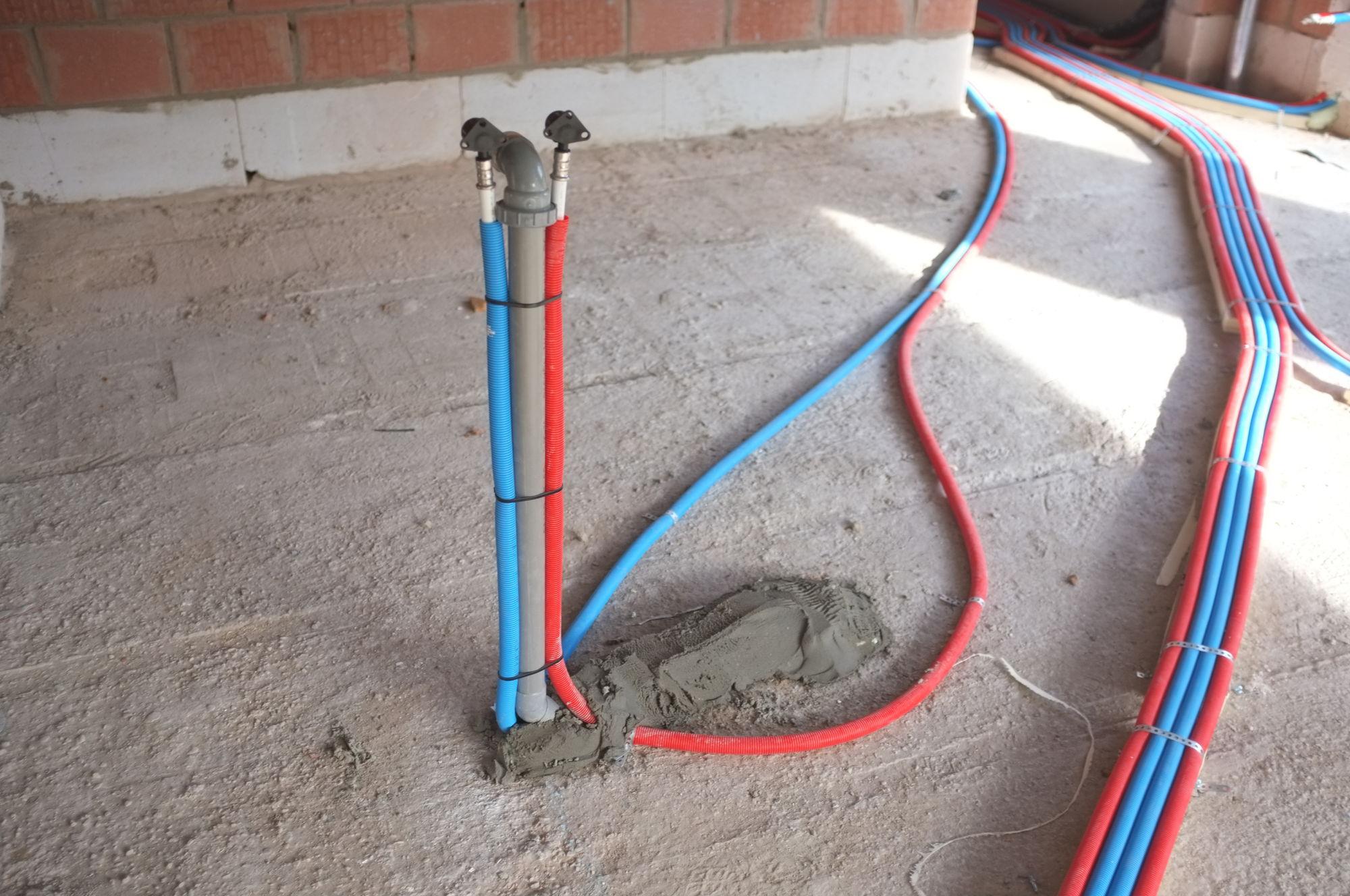 Jour 54 fin de la plomberie construction d 39 une maison thomas et piron - Tuyau alimentation eau maison ...
