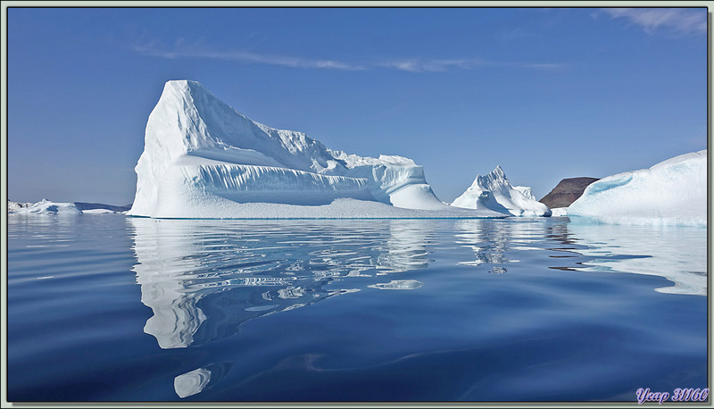 Icebergs : reflets presque parfaits - Cimetière d'icebergs de Savissivik - Groenland