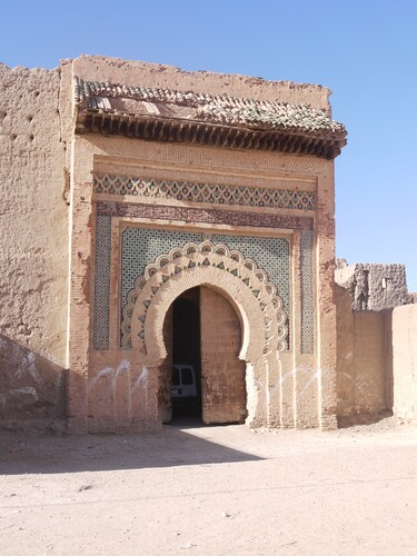 La porte d'un  ancien palais en ruine