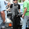 20100731-madonna-arrives-hotel-saints-peres-abmad-exclusive-12
