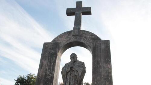 La ville de Ploërmel a six mois pour procéder au retrait de la croix a indiqué le Conseil d'État. La statue en elle-même n'est pas remise en cause pas plus que son arche.