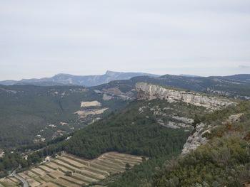 Au fond, la chaîne de la Sainte Baume avec le Pic de Bertagne