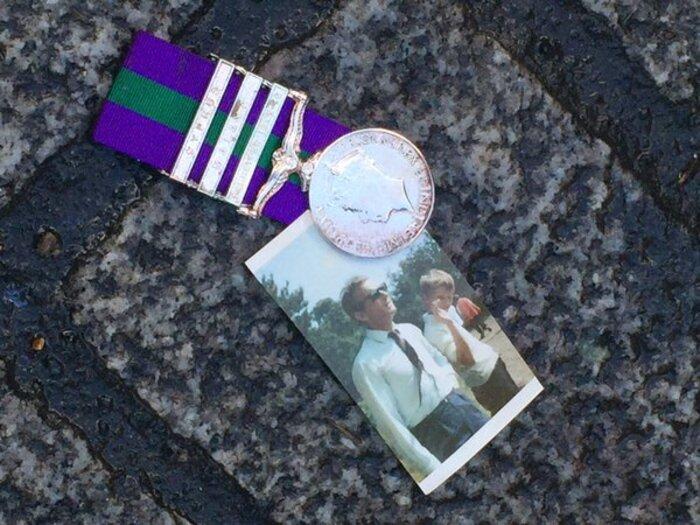 A MEDITER : Des vétérans britanniques jettent leurs médailles de guerre pour dénoncer les raids en Syrie
