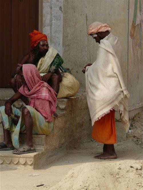 des sâdhus en prière à Bénarès;