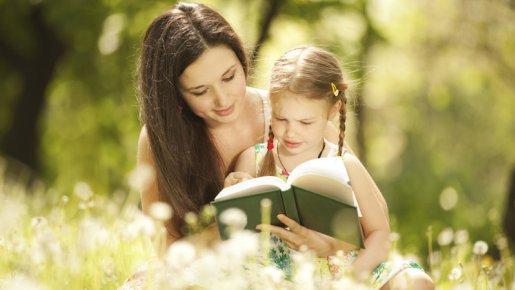 maman et sa fille en train de lire
