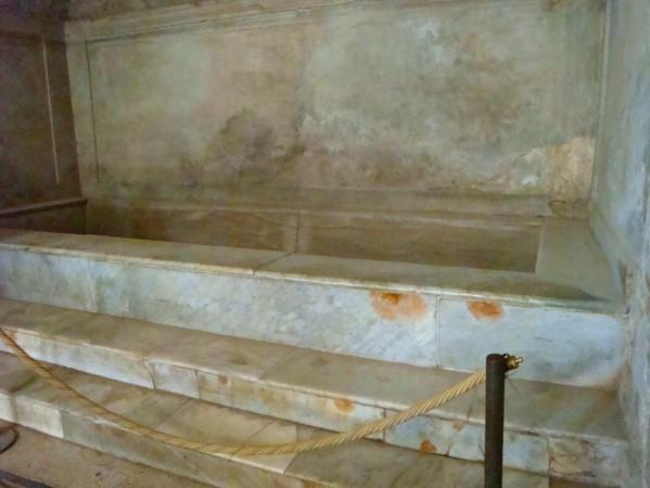 Pompei, thermes du Forum, vasque pour le bain