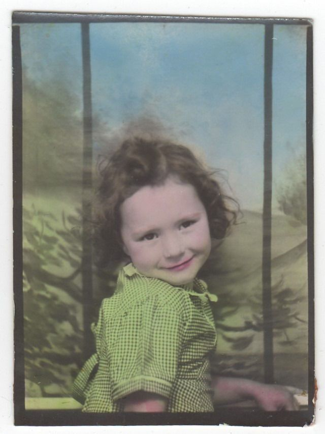 CUTE LITTLE GIRL TINTED PHOTOBOOTH OLD/VINTAGE PHOTO-SNAPSHOT G4294