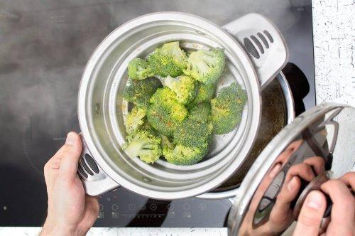 Des broccolis cuits à la vapeur