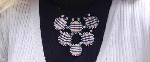 Collier avec des rubans de style burberry