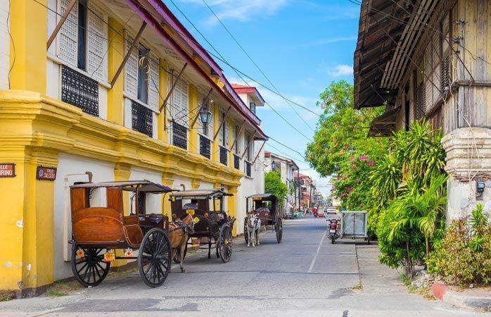 Des carrioles dans les rues colorées de Vigan