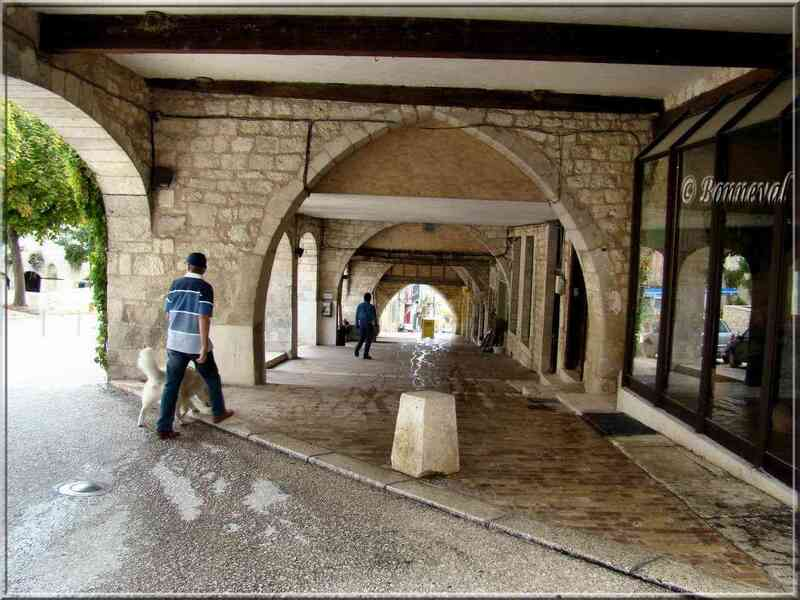 Monflanquin Lot-et-Garonne couverts autour de la place