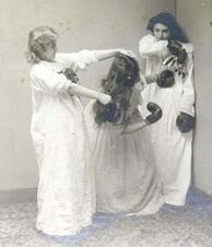 Ancienne photo femme en chemise de nuit.3