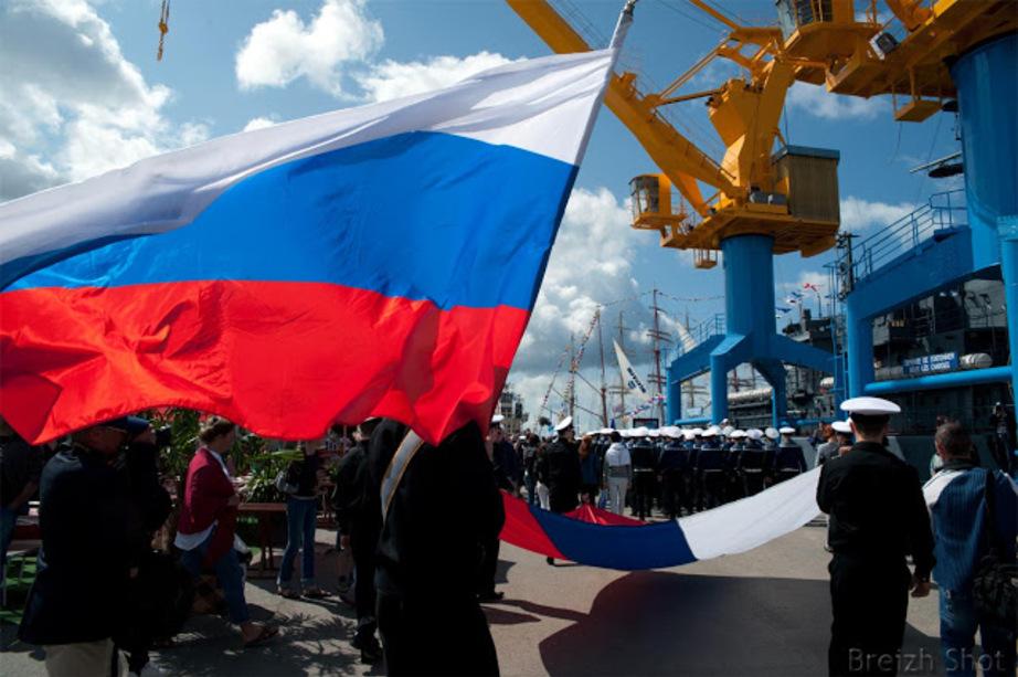 Le drapeau Russe flotte sous les vents des Tonnerres de Brest