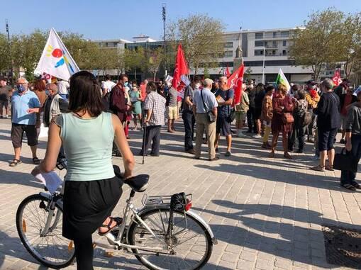 Environ 270 personnes participent ce jeudi matin au rassemblement interprofessionnel à Lorient, à l'appel de plusieurs syndicats : FSU, CGT, Sud-santé, solidaires… Des partis politiques (PCF, Lutte ouvrière) sont également présents.